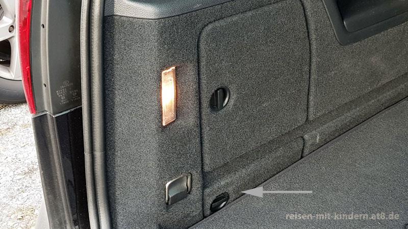Die Klappe zum AdBlue-Einfüllstutzen ist beim 7-Sitzer nur mit hochgeklapptem linken Rücksitz zugänglich