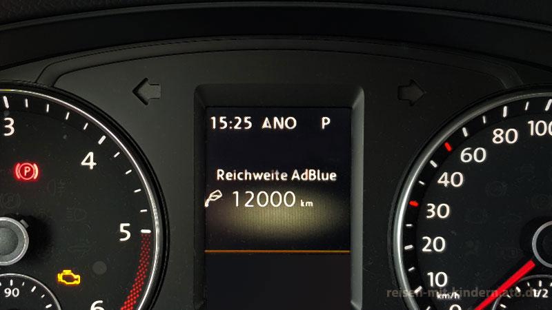 Nach dem Nachfüllen wird wieder die maximale Reichweite im Multifunktionsinstrument / Bordcomputer angezeigt.