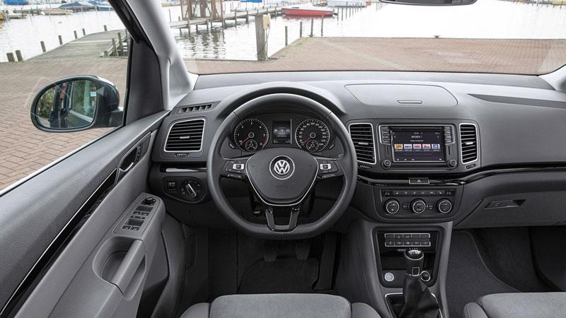 Einsteigen und wohlfühlen - der Sharan verfügt über das typische VW Cockpit