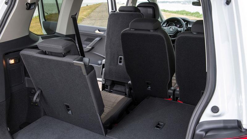 Der Touran mit sieben Sitzen - da bleibt nur noch wenig Kofferraum übrig.