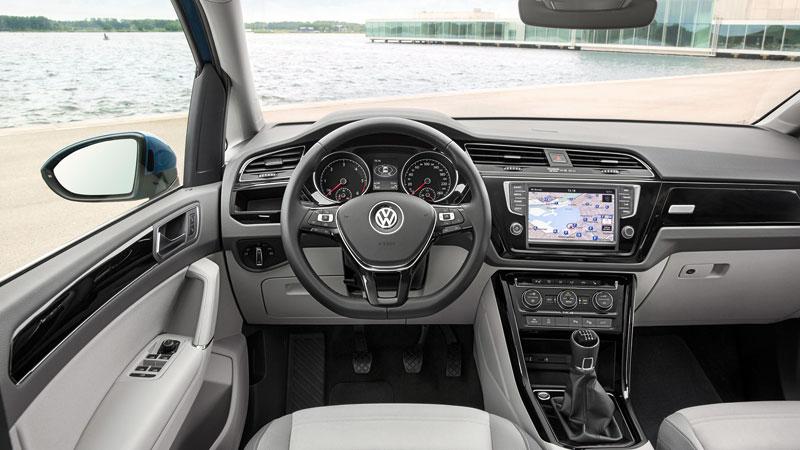 Das Cockpit des Touran sieht etwas moderner aus, aber auch hier gilt: Wenn man bereits ein anderes Fahrzeug des VW Konzerns gefahren ist, so setzt man sich auch hier hinein und kennt sich aus.